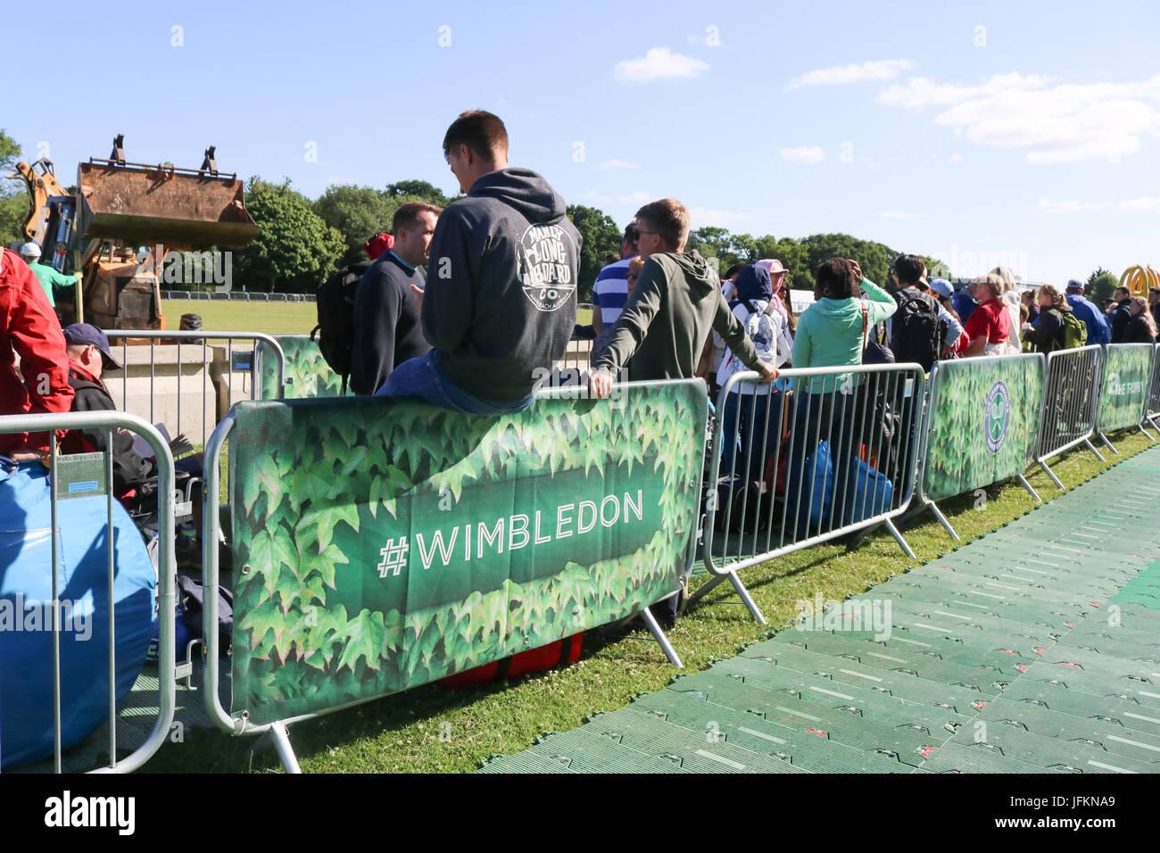 Londres, Reino Unido. El 2 de julio de 2017. La primera a los aficionados al tenis llegar temprano por la mañana Imagen De Stock