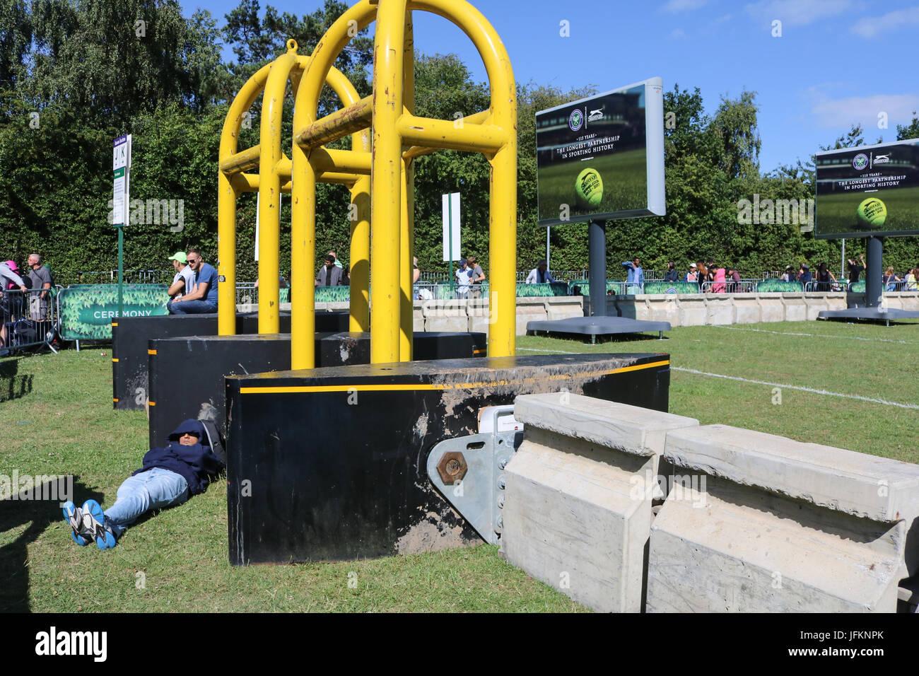 Londres, Reino Unido. El 2 de julio de 2017. La primera cola a los aficionados al tenis junto a las puertas de seguridad de metal con su equipo para acampar para hacer cola durante la noche para Wimbledon boletos Crédito: amer ghazzal/Alamy Live News Foto de stock