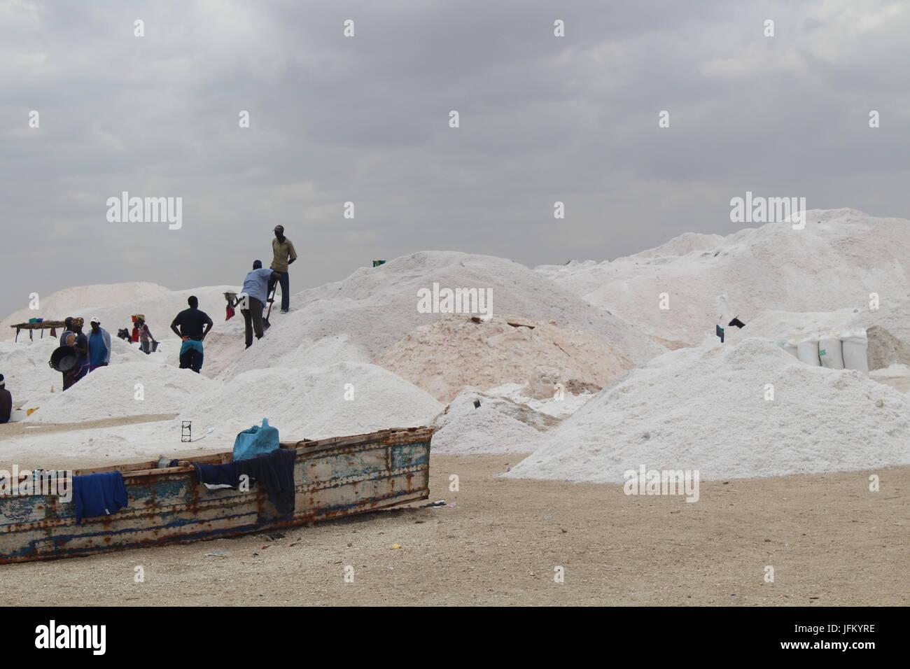 Grandes montones de sal en la orilla del lago Retba, Lago Rosa, Lac Rose, fuera de Dakar, Senegal. Imagen De Stock
