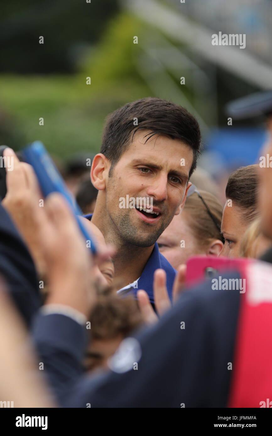 Novak Djokovic reunión los aficionados después de su victoria en Aegon International 2017 Eastbourne Imagen De Stock