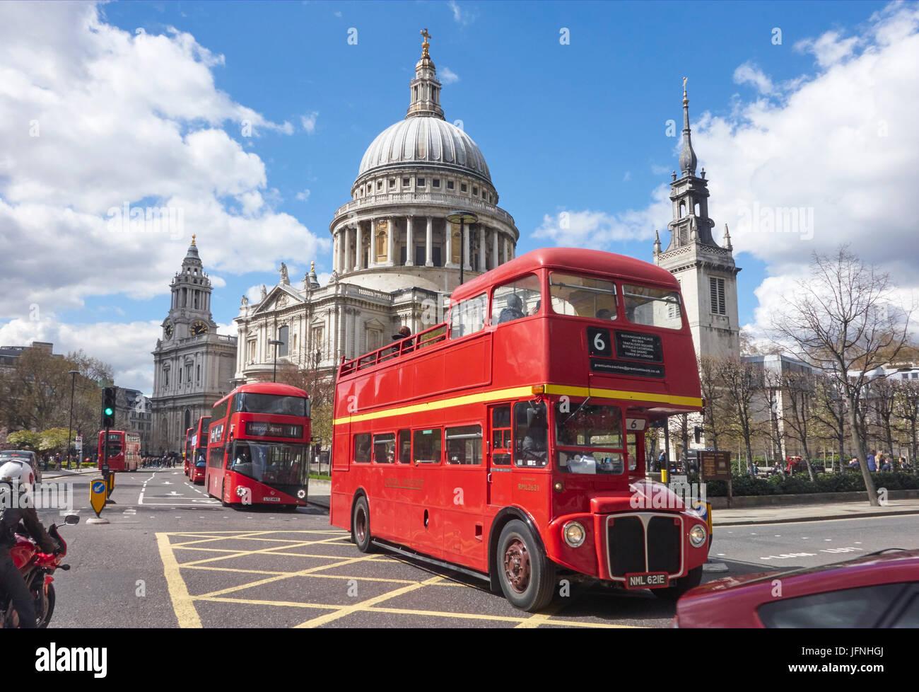 Autobuses rojos de Londres pasando por la Catedral de St Paul, de la ciudad de Londres, Inglaterra, Reino Unido, Imagen De Stock