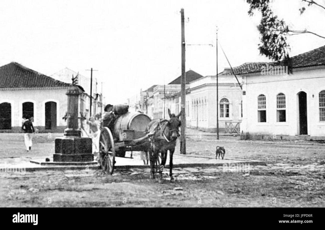 Ningún líquido Aguadeiro apanhando o chafariz da Praça Zacarias em 1905 Imagen De Stock