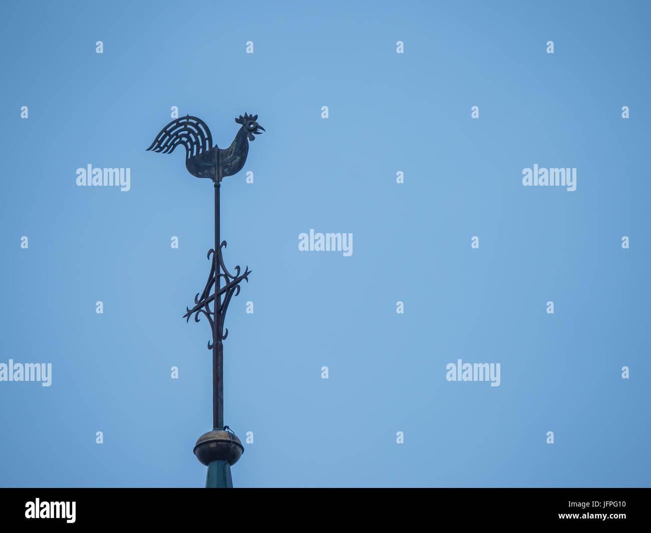 Iglesia chapitel con veleta y un cielo azul sin nubes Imagen De Stock