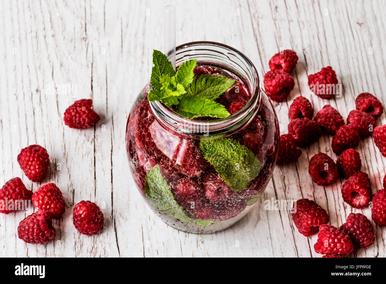 Detox agua con rasberry sobre fondo de madera blanca. Bebidas Saludables Foto de stock