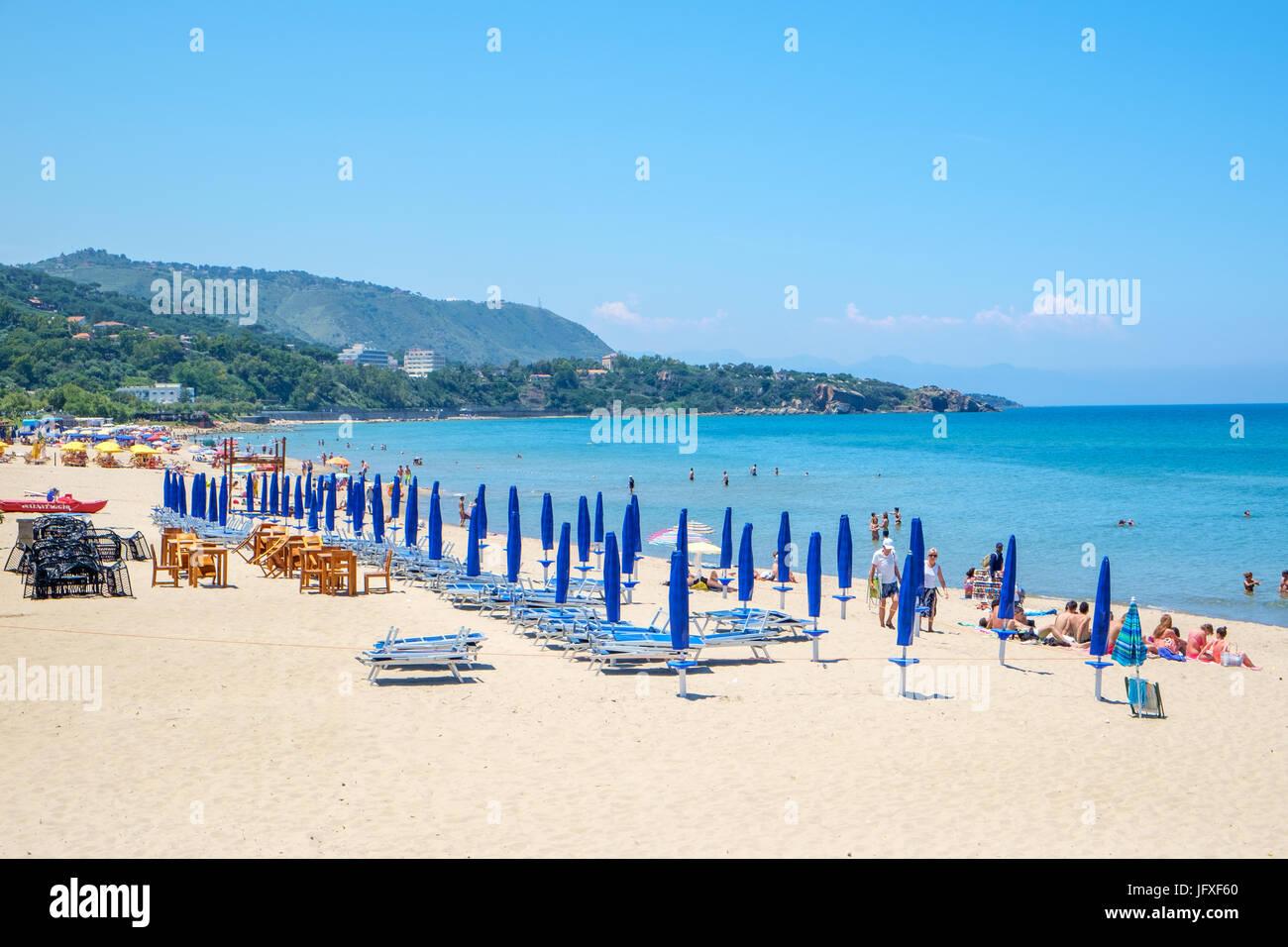La playa de Cefalú, Sicilia. Histórico de Cefalù es un importante destino turístico en Sicilia. Imagen De Stock