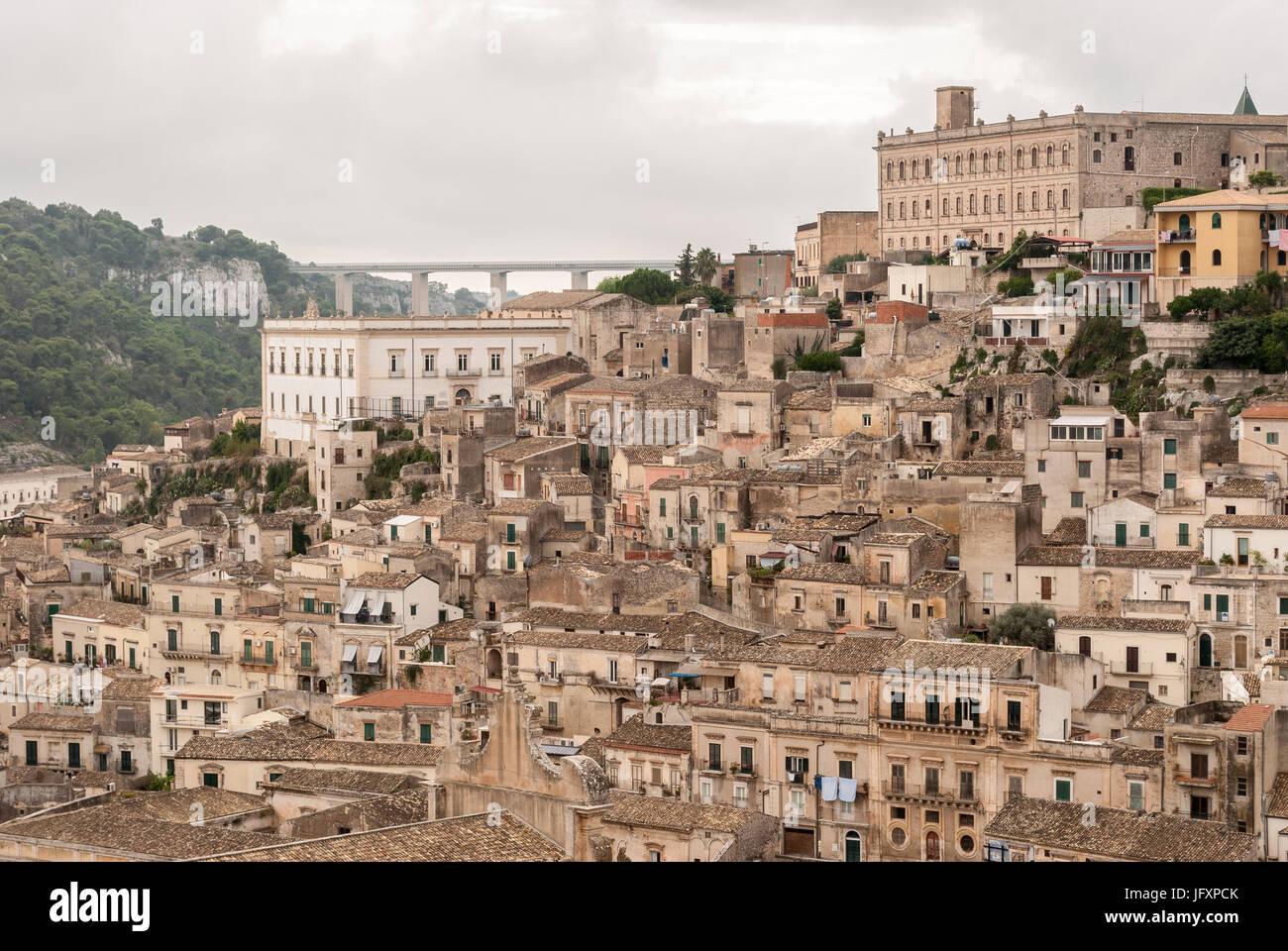 Vista de Modica, pequeña ciudad en Sicilia Imagen De Stock