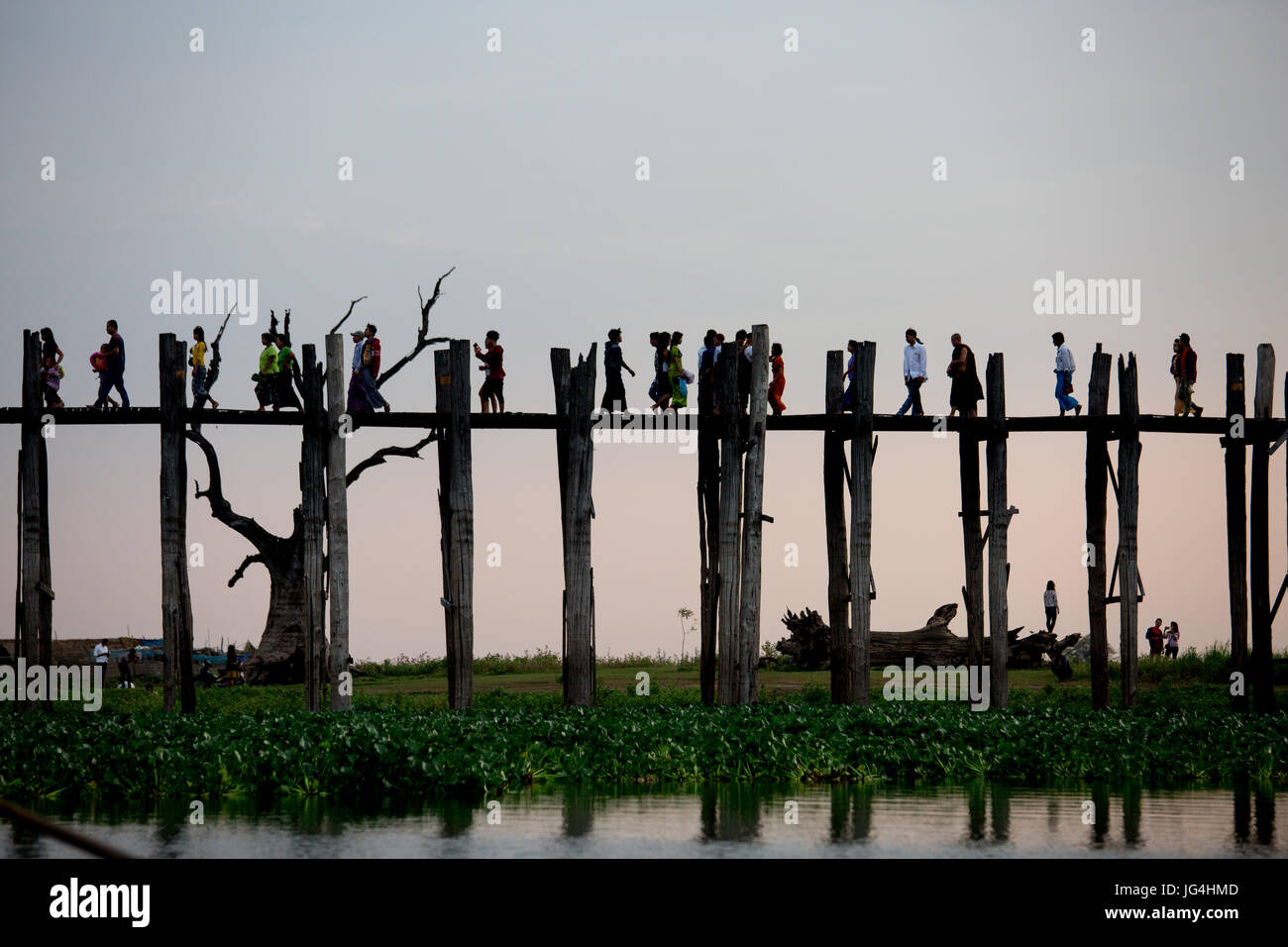 Siluetas en U-Bein Puente al atardecer en Myanmar, Sudeste de Asia Foto de stock