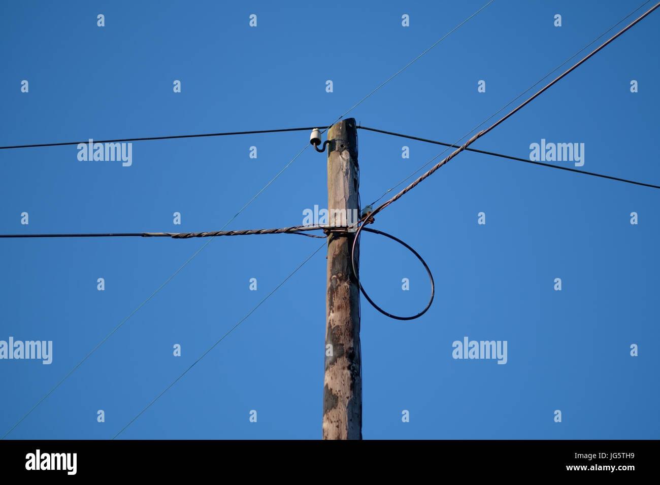 Poste eléctrico de baja tensión en el cielo azul Imagen De Stock