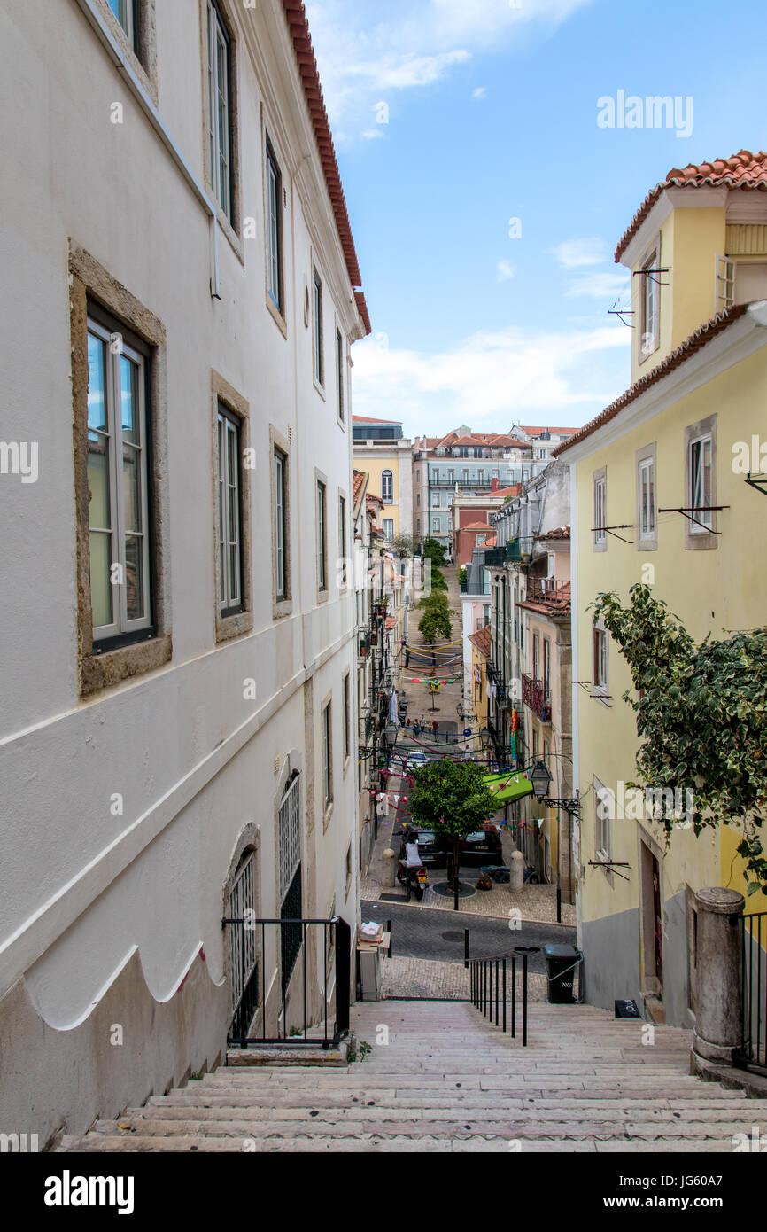Lisboa, Portugal - Junio 2017 - Laranjeiros hasta la Calle Rua das Laranjeiras en Chiado Foto de stock