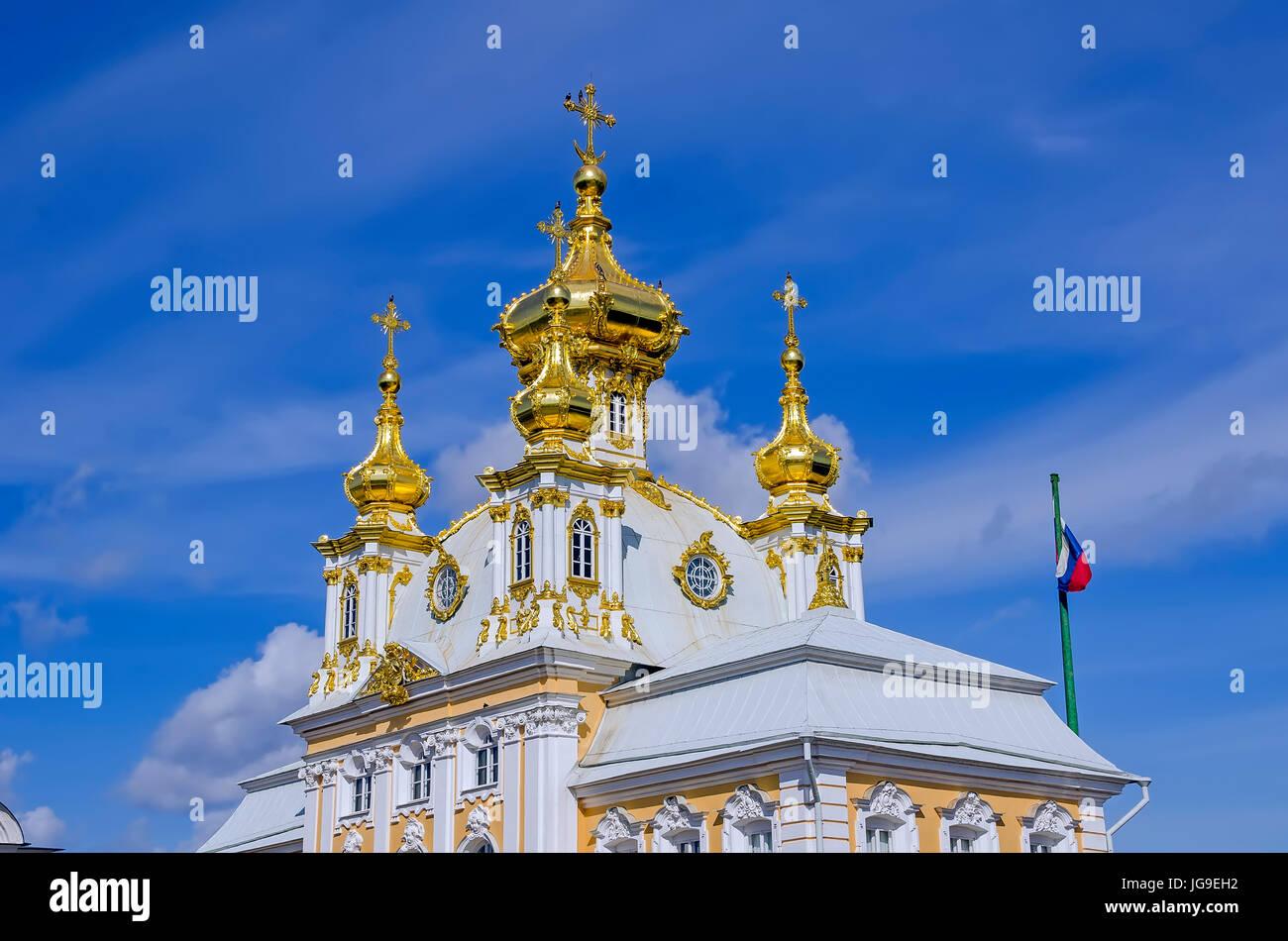 Palacio Peterhof cúpulas doradas de la iglesia en el Grand Palace está situado cerca de San Petersburgo, Imagen De Stock