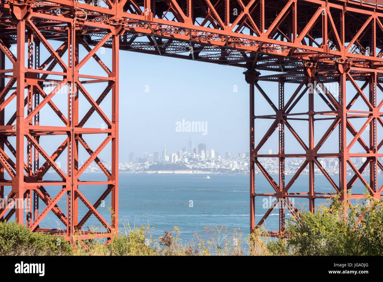 San Francisco en el centro de la ciudad en verano nebuloso enmarcada por el Golden Gate Bridge. Imagen De Stock
