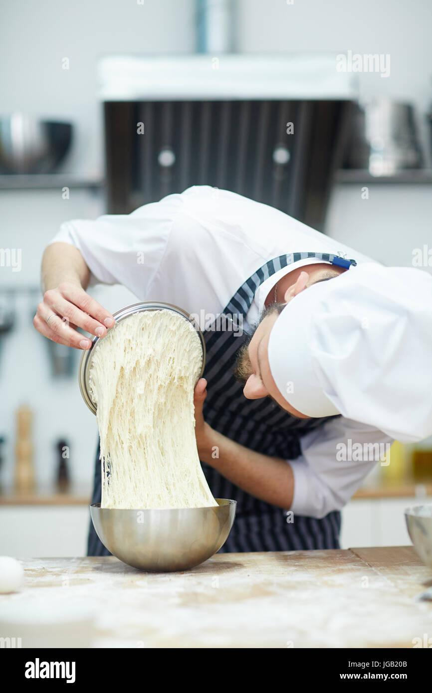 Panadero en el trabajo Foto de stock