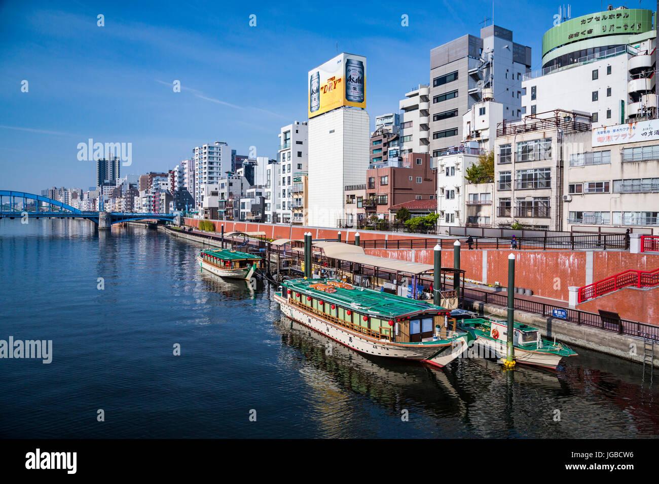 Reflexiones de botes en el Río Sumida en Asakusa, Tokio, Japón. Imagen De Stock