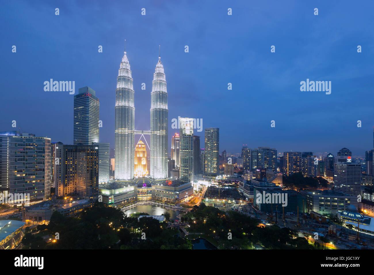 Al anochecer, las torres Petronas de Kuala Lumpur, Malasia Imagen De Stock