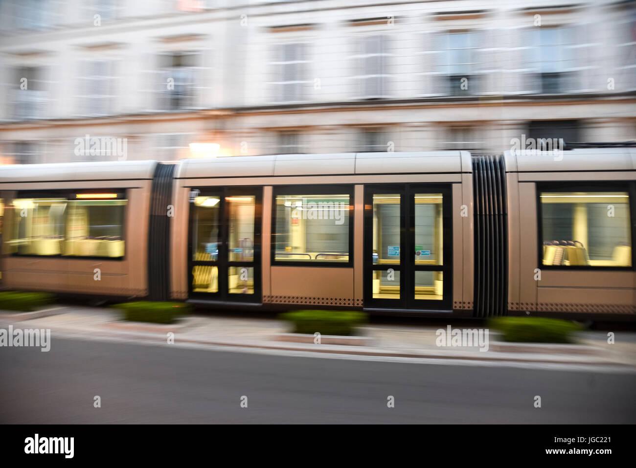 Acelerar brown tranvía en rue jeanne d'Arc en Orleans, Francia Foto de stock