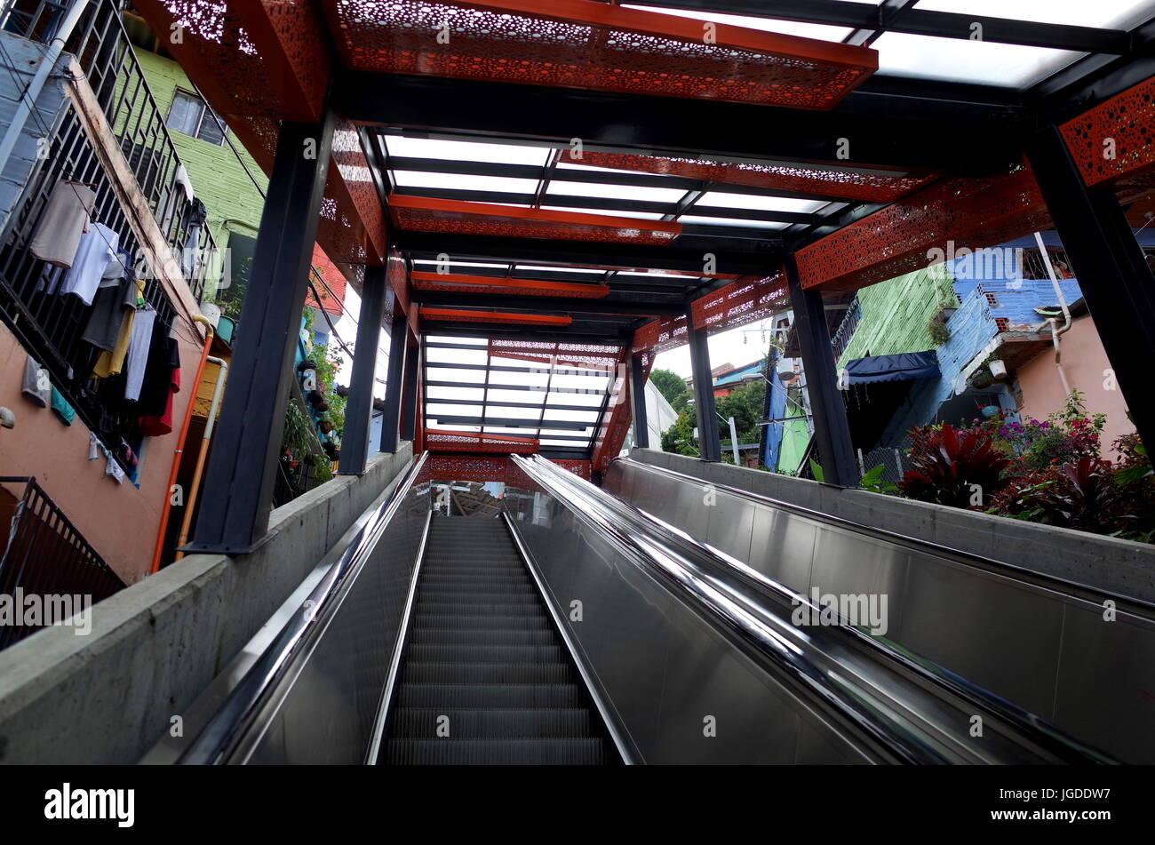 17 Dec 2014, Medellín, Colombia - Medellín escaleras mecánicas en la Comuna 13 pobres representan Imagen De Stock