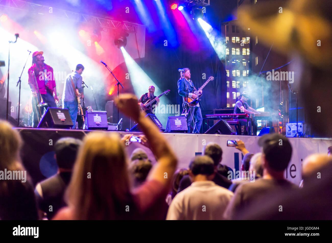 Montreal, 4 de julio de 2017: los espectadores viendo 'Ghost Town Blues Band' actuación en el festival Imagen De Stock