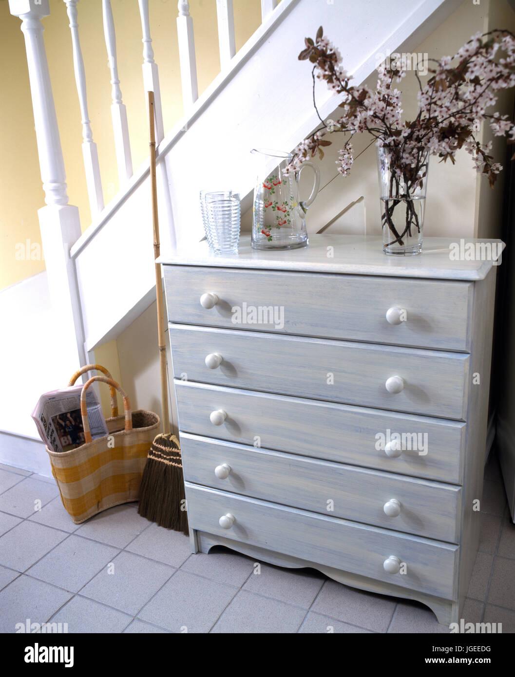 Muebles de cajones de madera pintado para coincidir con azulejos pasillo foto imagen de stock - Muebles de pasillo ...