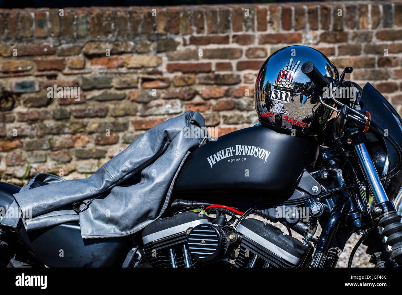 La Mujer De 883 Iron Casco En Harley Y Davidson Chaqueta Una UpqSzGVM
