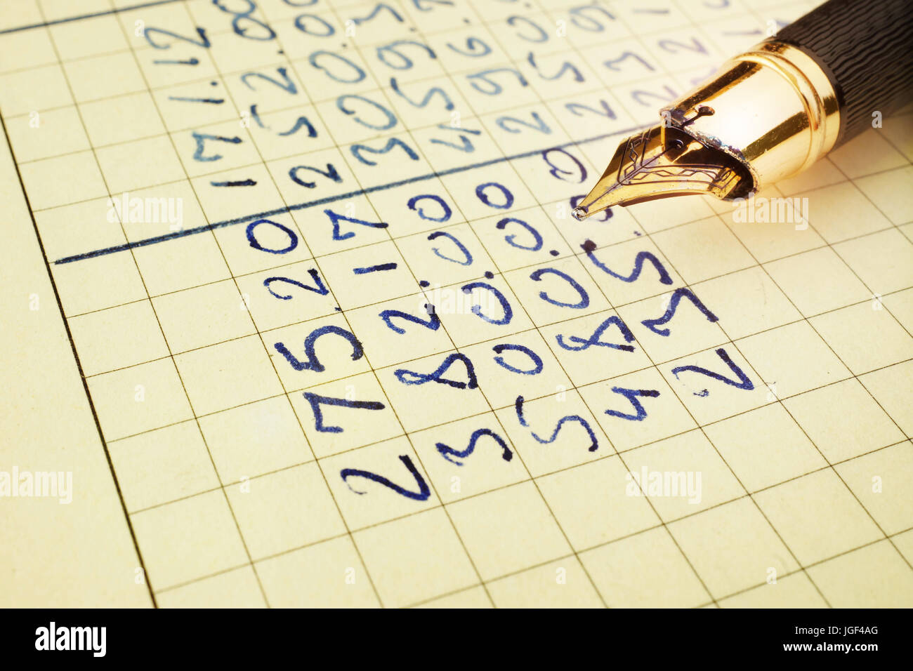 Informe financiero en un libro de contabilidad y la pluma. Imagen De Stock