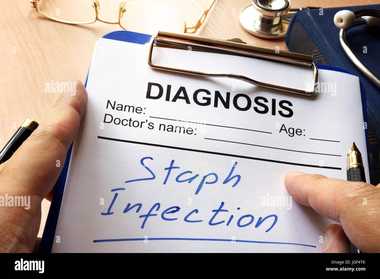 Infección por estafilococos escrito en una ficha de diagnóstico. Foto de stock