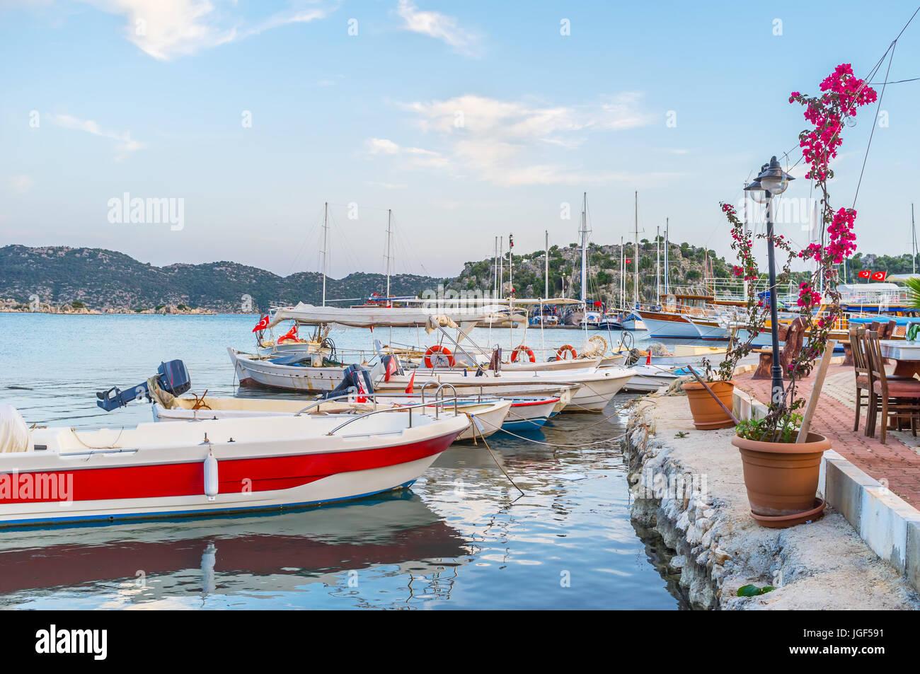 Las Pequeñas Barcas De Madera Junto A La Terraza Del