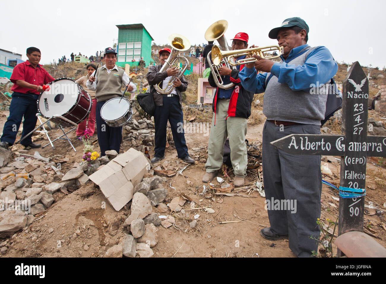Primero de Noviembre, fiesta de Todos los Santos en el cementerio Nueva Esperanza en Lima, Perú.Las colinas están Foto de stock