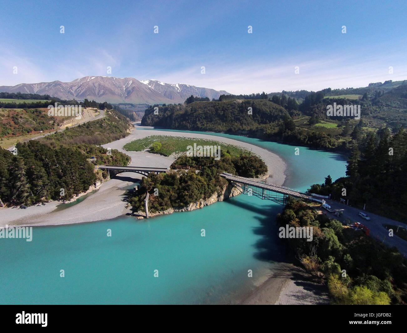 Mount Hutt, Rango, Rakaia Gorge Bridge (1882), Río Rakaia y Rakaia Gorge, Canterbury, Isla del Sur, Nueva Zelanda - antena drone Foto de stock