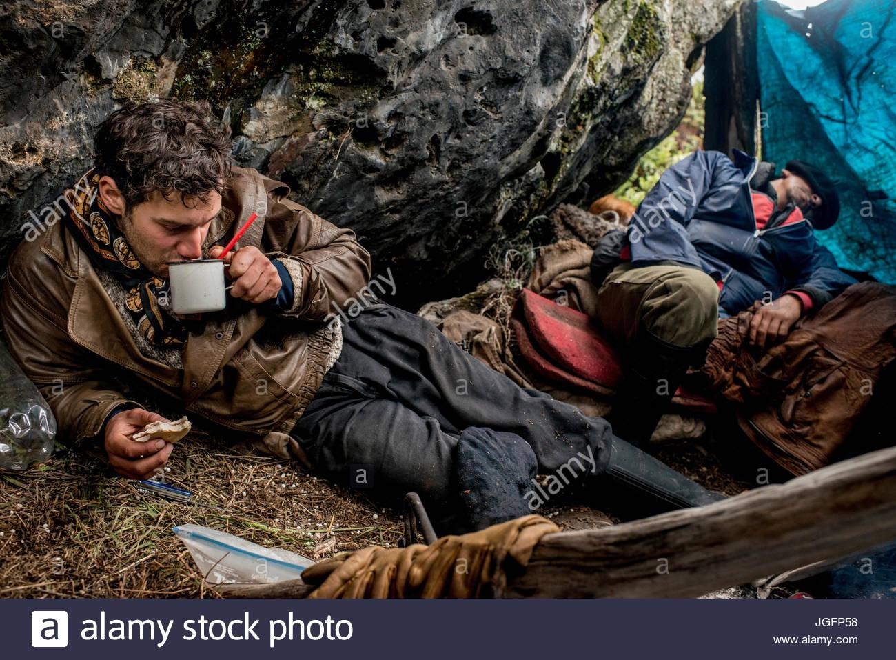 Bagualeros, vaqueros que capturar animales salvajes, beber mate mientras acampar en un rancho a rancho viaje. Imagen De Stock