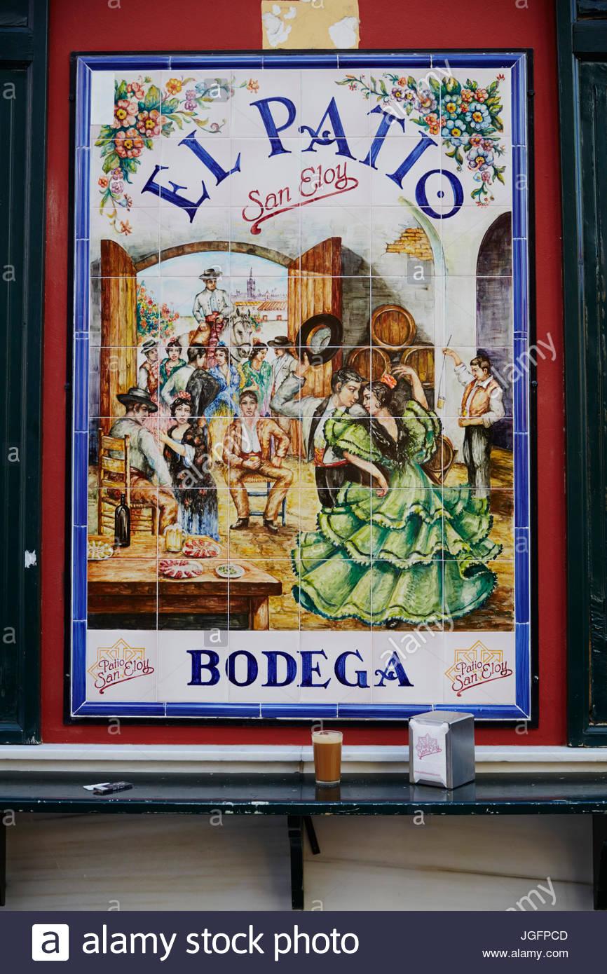 Tejas pintadas anunciar el tapas bar El Patio San Eloy. Imagen De Stock