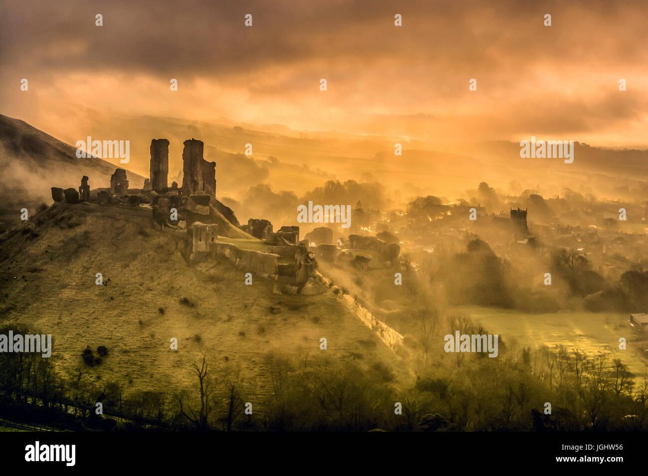 El castillo Corfe misty mañana, en Dorset Foto de stock