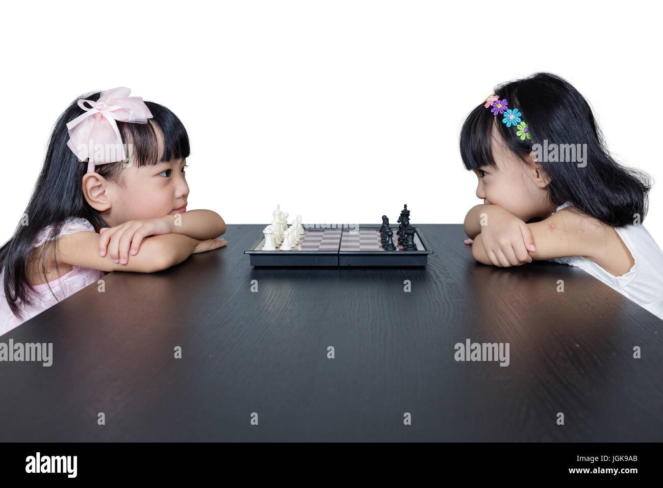 Chino Asia hermanitas jugando ajedrez juntos en casa. Foto de stock