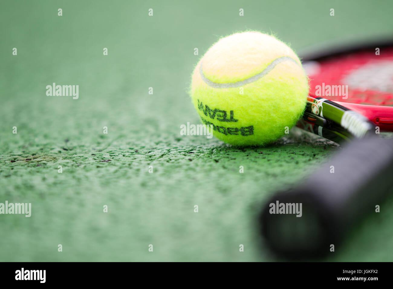 Raqueta de tenis y pelotas. Imagen De Stock