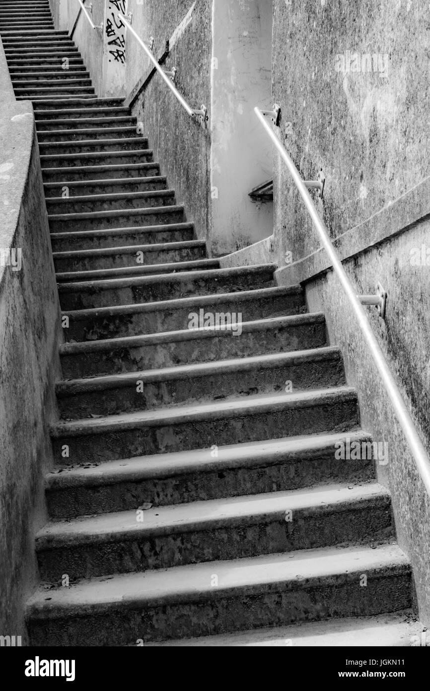 Versión en blanco y negro de la imagen de la serie de pasos concretos en Newquay Harbour en Cornwall - metáfora Imagen De Stock