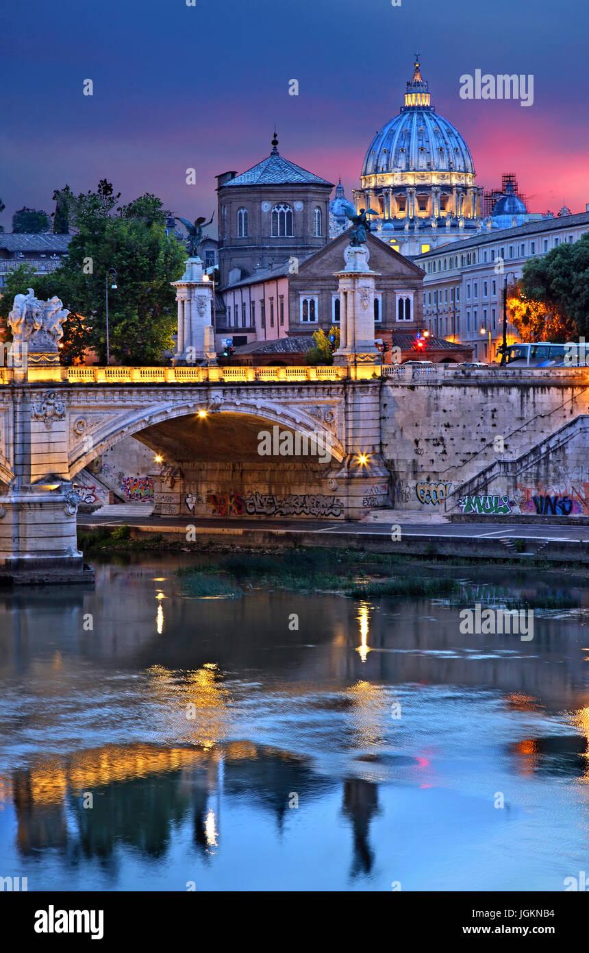 La cúpula de la Basílica de San Pedro y del Ponte Vittorio Emanuele II, tal como se ve desde el Ponte Sant'Angelo, Foto de stock