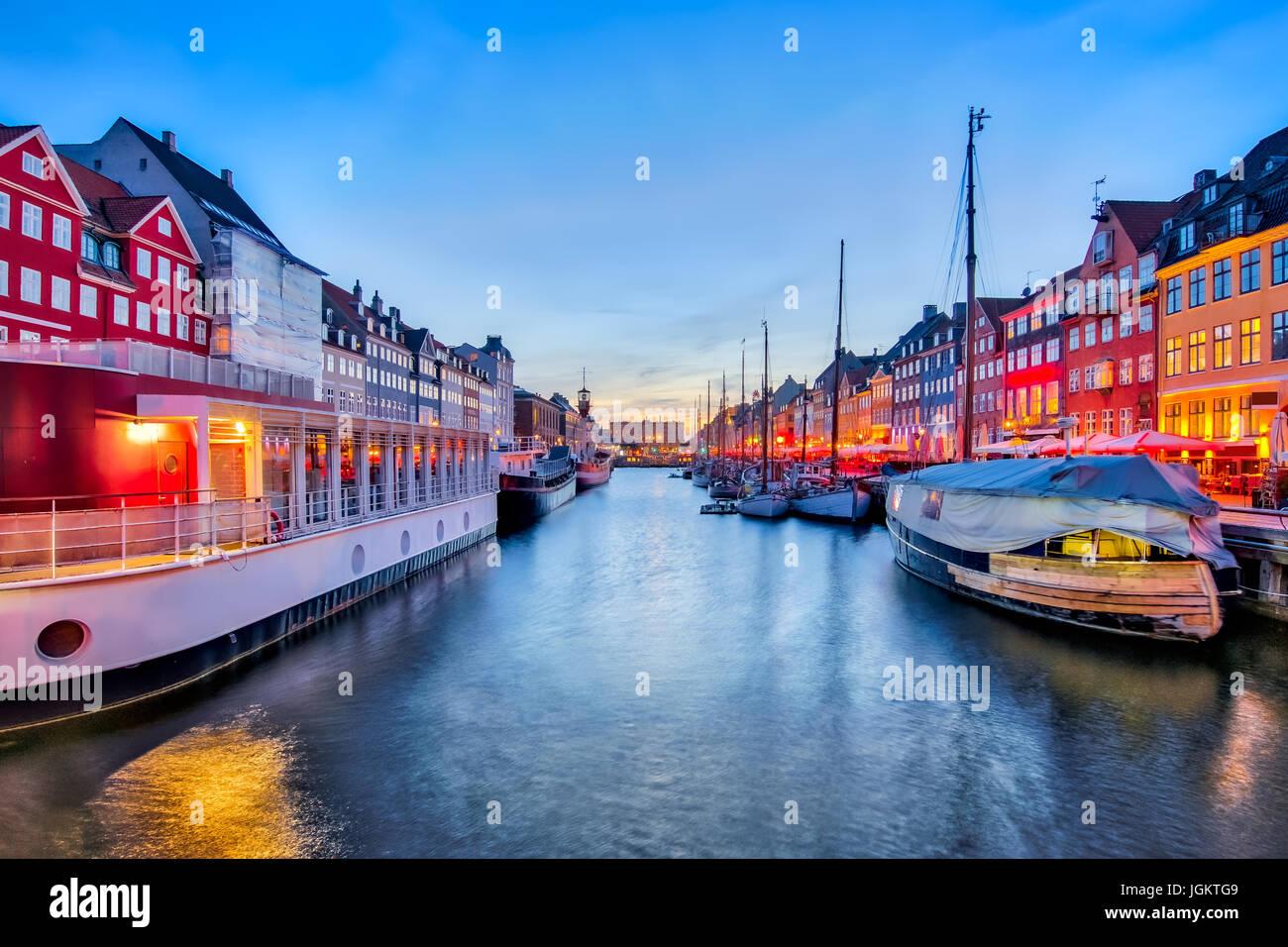 Nyhavn con coloridas fachadas de casas antiguas en Copenhague, Dinamarca Foto de stock