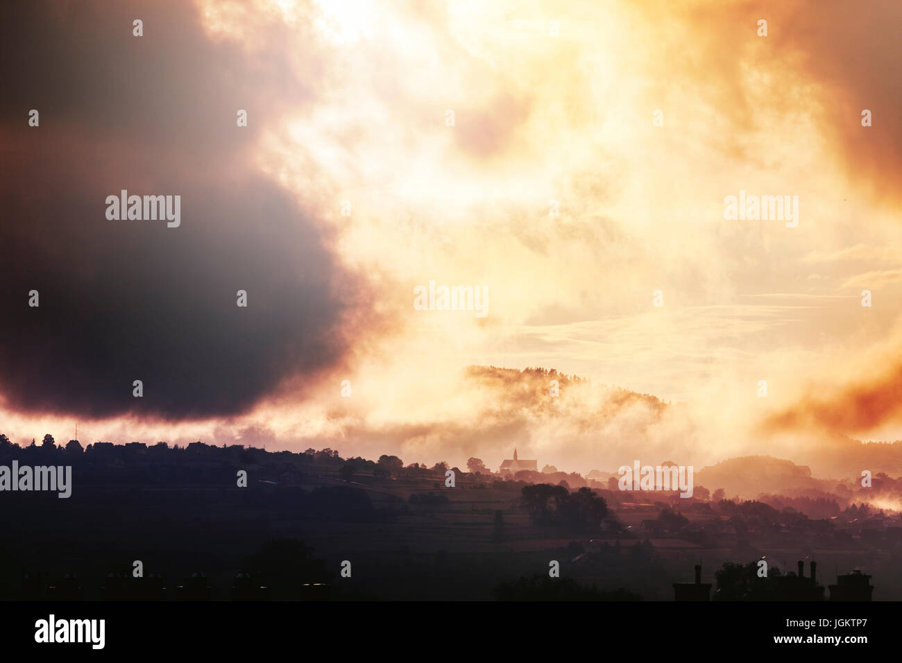 Cielo dramático sobre las colinas después del verano thunderstrom Imagen De Stock