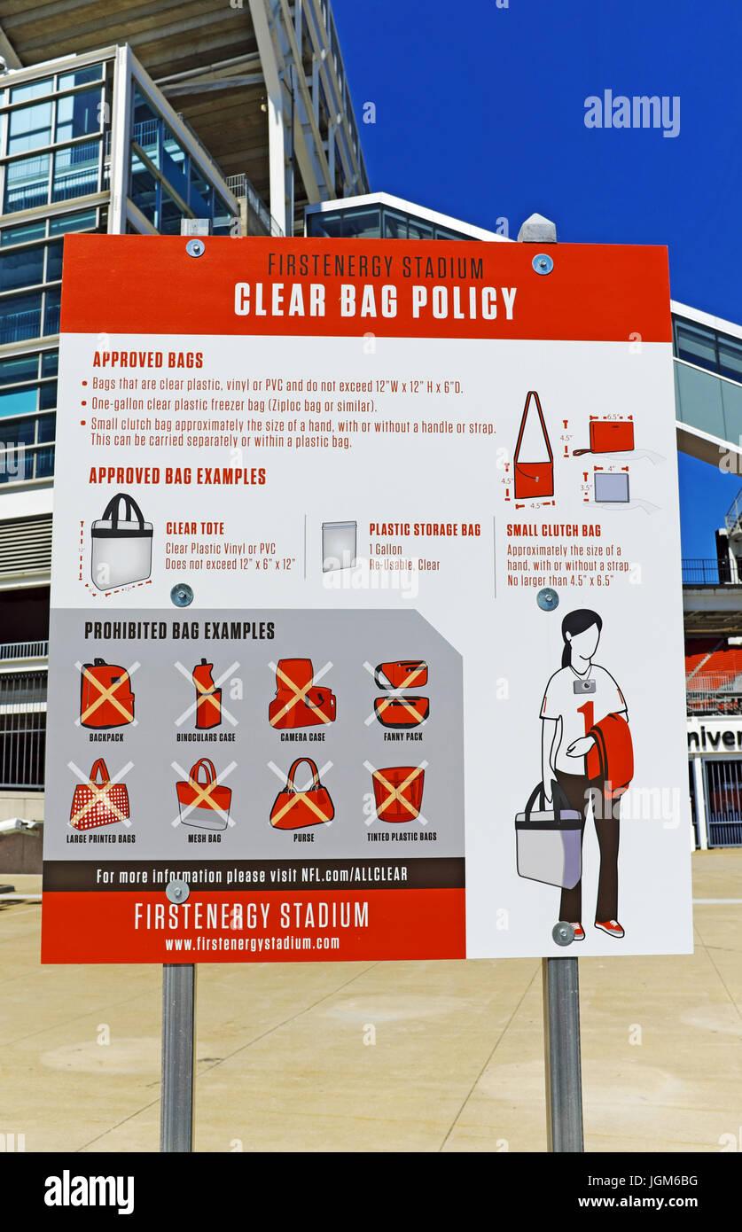 Seguridad en el estadio de FirstEnergy en Cleveland, Ohio requiere de ventiladores para acatar las políticas Imagen De Stock