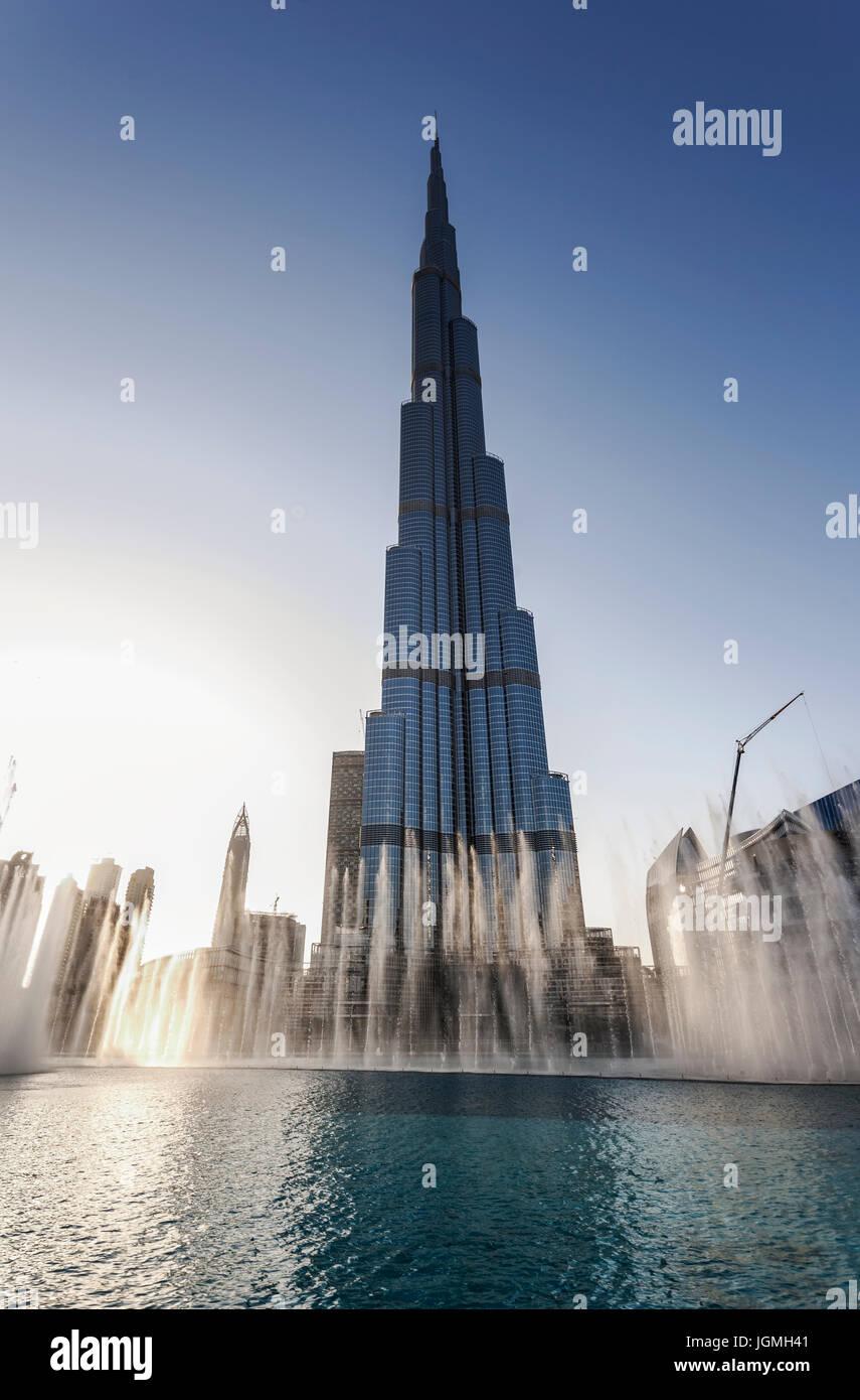 El Burj Khalifa Lake, show de fuente, Burj Khalifa rascacielos, en el centro de la ciudad, Dubai, Emiratos Árabes Unidos. Foto de stock