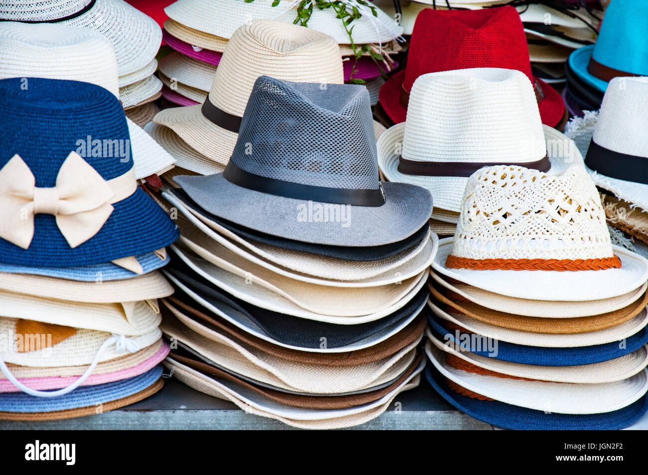Una variedad de bellos sombreros para damas para la venta en el mercado de  Vietnam Imagen 179d8fcfd93
