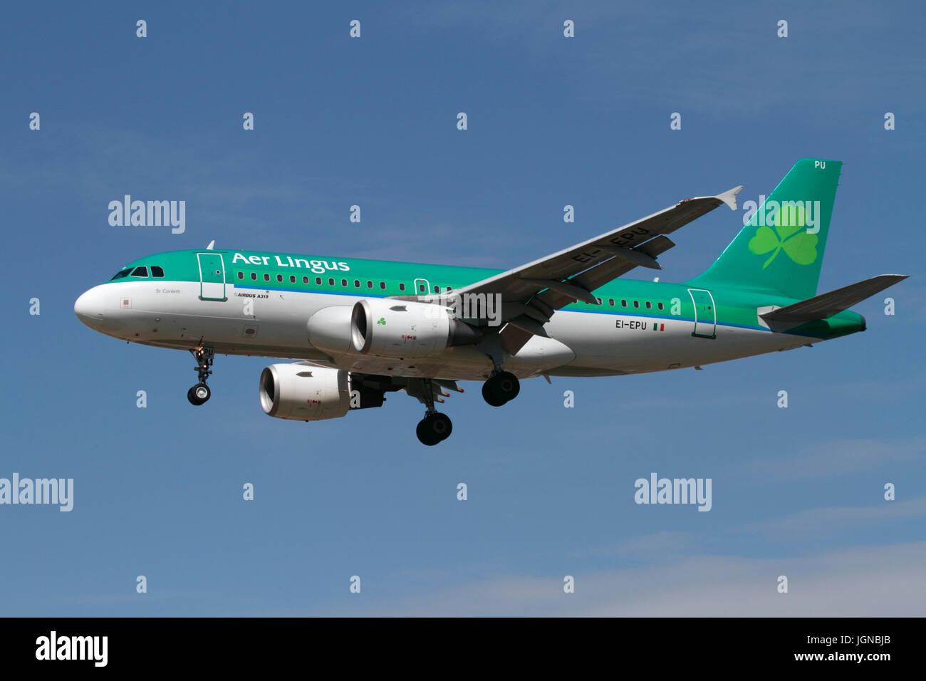 Los viajes en avión. Aer Lingus avión Airbus A319 en el enfoque contra un cielo azul claro Foto de stock