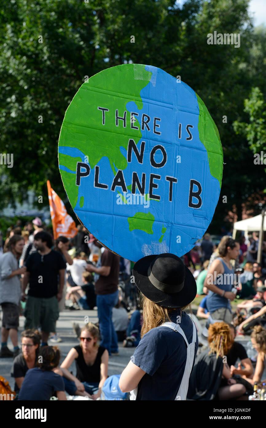 Hamburgo, Alemania. 8Th Jul, 2017. Protesta en St. Pauli contra la cumbre del G-20 en julio de 2017, la mujer mantenga Imagen De Stock