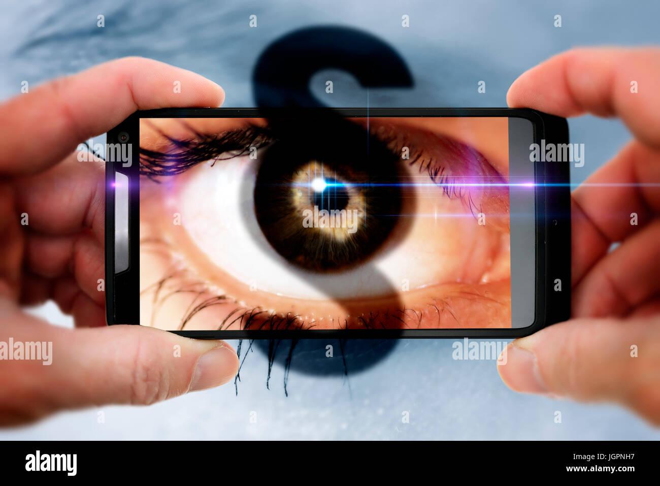 Los ojos de una mujer en un teléfono móvil con cámara, gawker signo de párrafo Foto de stock