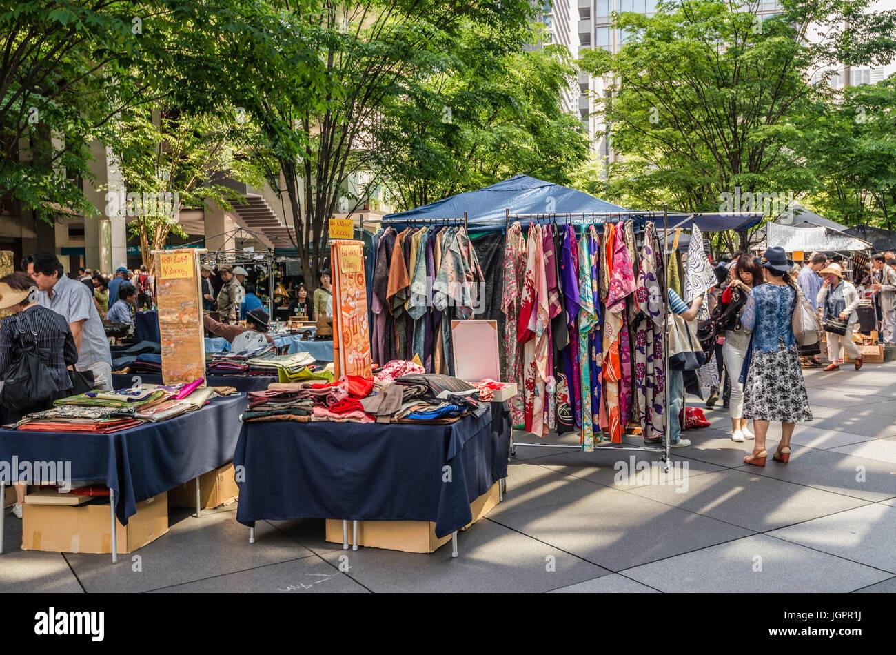 Mercado de Antigüedades en frente del Foro Internacional de Tokio, Tokio, Japón Imagen De Stock
