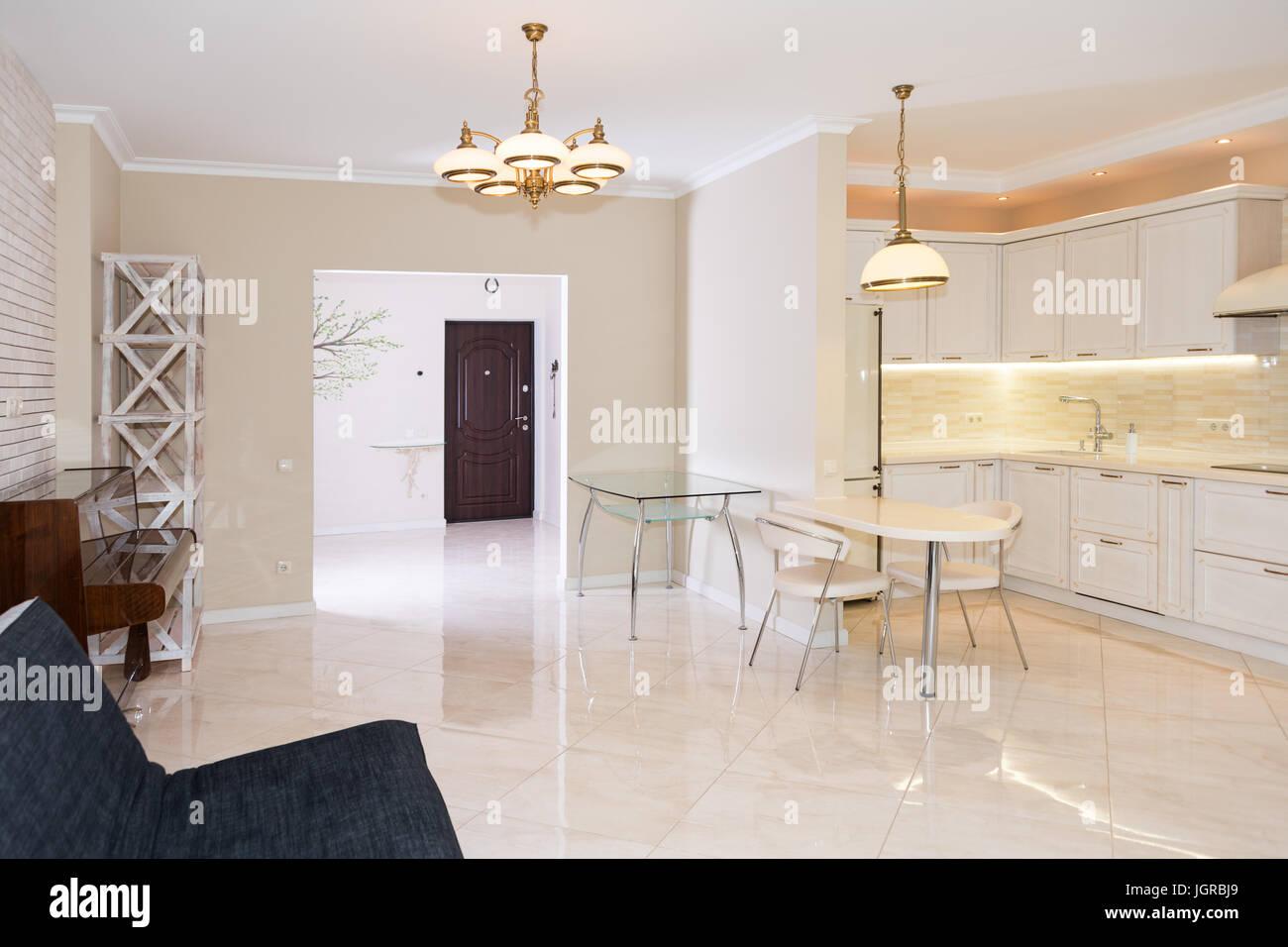 Cocina moderna zona contigua a la sala de estar. Con un diseño ...