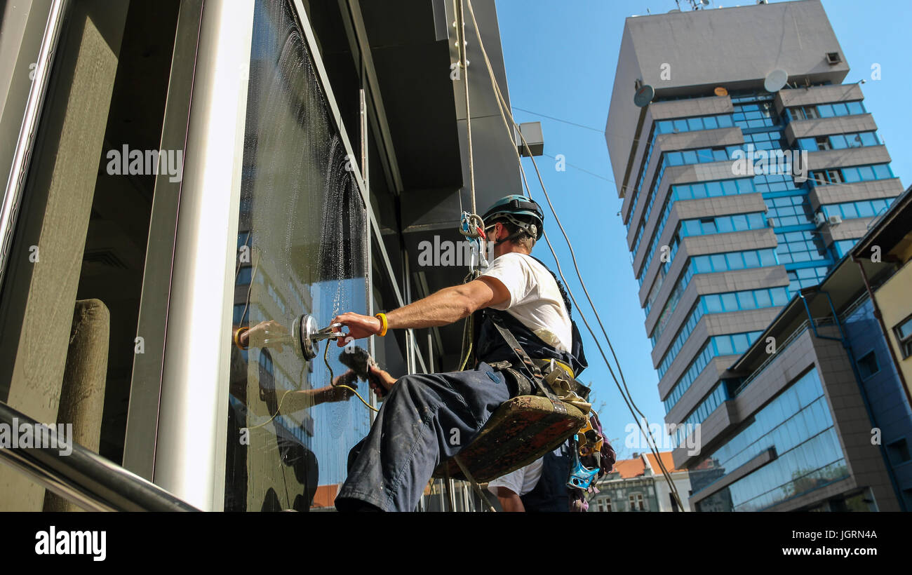 Escalada Industrial - Servicio de limpieza de la fachada. Imagen De Stock