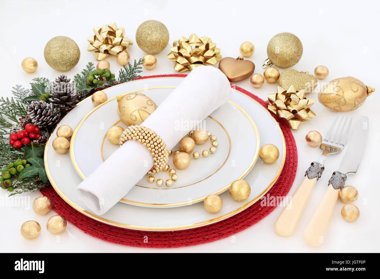 Ajuste de la tabla de cena de navidad con placas de porcelana, servilletas, adornos de adornos de oro, cubertería, Foto de stock