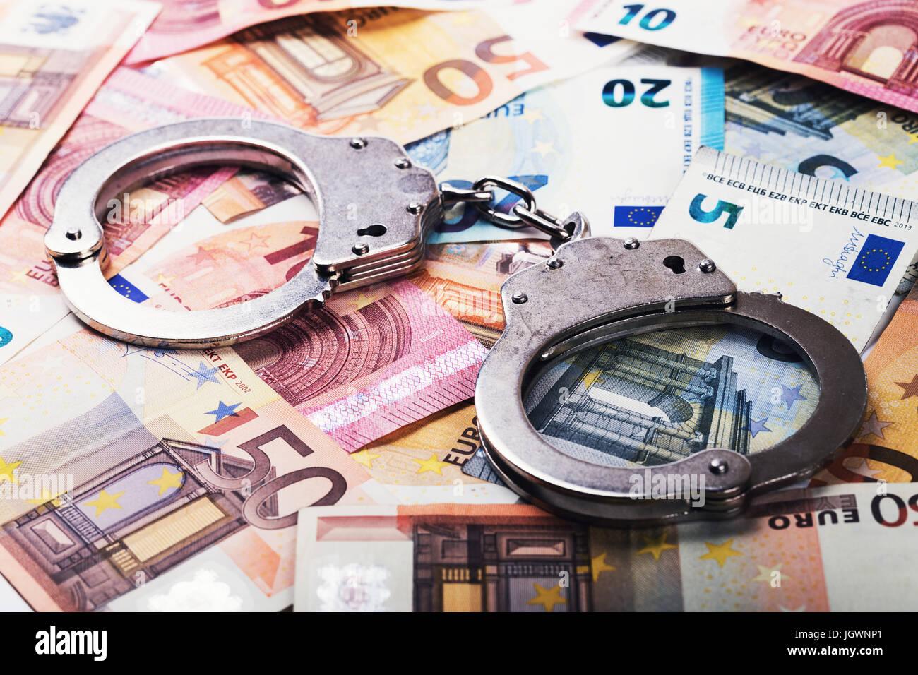 Concepto de evasión de impuestos, corrupción - esposas en billetes de euro dinero Imagen De Stock
