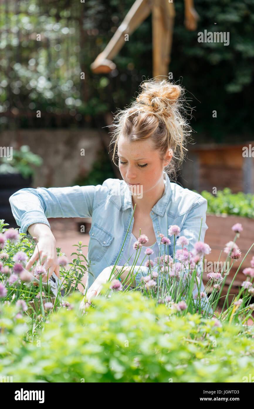 Mujer jardinería Imagen De Stock