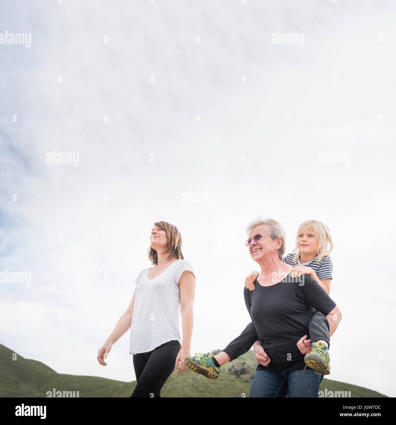 Mujer mayor caminando con mi hija y nieto Imagen De Stock